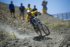 ГРАНАДА, ИСПАНИЯ - 30-ОЕ ИЮНЯ: Неизвестный гонщик на конкуренции велосипеда Bull горы покатого велосипед DH 2013 чашки, сьерра-нев Стоковое Фото