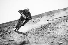 ГРАНАДА, ИСПАНИЯ - 30-ОЕ ИЮНЯ: Неизвестный гонщик на конкуренции велосипеда Bull горы покатого велосипед DH 2013 чашки, сьерра-нев Стоковое Изображение RF