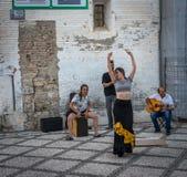 ГРАНАДА, ИСПАНИЯ - 23-ЬЕ ИЮНЯ: Неопознанный танцор фламенко танцует fo стоковые фото