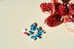 Гранатовое дерево, планшеты и капсулы, таблетки Концепция здоровой жизни стоковая фотография rf