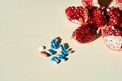 Гранатовое дерево, планшеты и капсулы, таблетки Концепция здоровой жизни стоковые фотографии rf