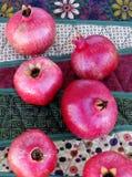 Гранатовые деревья на сделанной по образцу скатерти Стоковое Фото