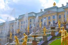 Грандиозные дворец и фонтаны Стоковое Изображение RF