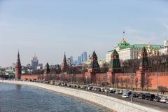 Грандиозные стены дворца Кремля и башни и современные небоскребы делового центра MIBC Москвы международные на городе России Москв Стоковое фото RF
