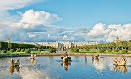 грандиозный взгляд peterhof дворца Стоковые Изображения RF