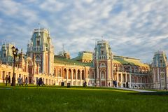 Грандиозный дворец Tsaritsyno на заходе солнца Стоковые Фотографии RF