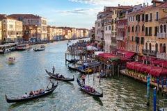 Грандиозный канал в Венеции на заходе солнца с гондолами и старыми красочными зданиями Стоковое Изображение RF