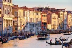 Грандиозный канал в Венеции на заходе солнца с гондолами и старыми красочными зданиями Стоковая Фотография