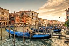 Грандиозный канал с гондолами на заходе солнца в Венеции Стоковое Изображение RF