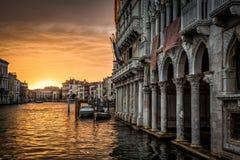 Грандиозный канал с дворцом Oro ` ` d Ca на заходе солнца в Венеции стоковое фото