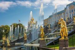 Грандиозный фонтан каскада в дне осени солнечном 28-ого сентября 2 Стоковые Фотографии RF
