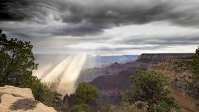 Гранд-каньон как гроза двигает через национальный парк гранд-каньона акции видеоматериалы