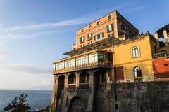 Гранд-отели Clifftop sunlit, Сорренто, Италия стоковое фото rf