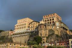 Гранд-отель Clifftop sunlit, Сорренто, Италия стоковая фотография rf