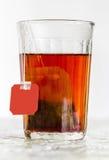 Граненное стекло кипяченой воды и пакетика чая стоковая фотография rf