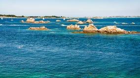 гранит трясет в океане около побережья Ile-de-Brehat стоковые фотографии rf