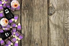 Граница конфеты хеллоуина против деревенской древесины Стоковые Фотографии RF
