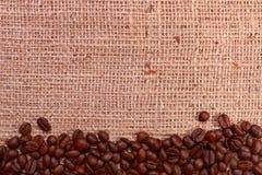 Граница кофейного зерна на мешковине Стоковая Фотография