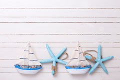 Граница от декоративных парусников и морских деталей на деревянном Стоковое Изображение