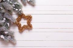 Граница от дерева звезды рождества и меха ветвей на деревянной задней части Стоковое Изображение RF