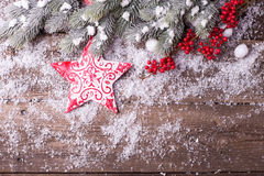 Граница от звезды рождества, красных ягод и дерева меха ветвей дальше Стоковое Фото