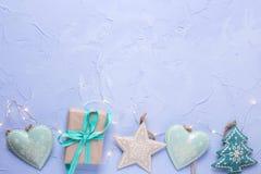 Граница от игрушек рождества, коробка с присутствующими и fairy светами Стоковые Изображения RF