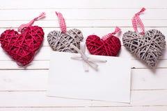 Граница от красных и серых декоративных сердец и пустой бирки Стоковая Фотография RF