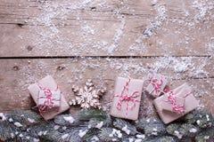Граница от настоящих моментов, ветвей дерева меха и декоративного snowflak Стоковые Изображения