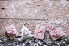 Граница от настоящих моментов, ветвей дерева меха и декоративной игрушки на ag Стоковое Фото