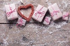 Граница от настоящих моментов и декоративное сердце на постаретом деревянном backgro Стоковое Изображение
