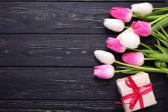 Граница от ярких розовых и белых цветков и коробки тюльпанов с p Стоковое Изображение