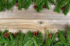 Граница праздника рождества с вечнозелеными ветвями на деревенском кедре Стоковые Изображения