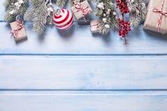 граница предпосылки кладет тесемки в коробку подарка рождества золотистые изолированные белые Стоковые Изображения RF