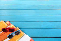 Граница предпосылки пляжа с голубой деревянный украшать Стоковые Фото