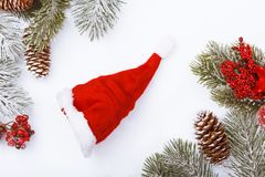 Граница рамки рождества на белизне, ветвях, конусах и красных ягодах Стоковые Фотографии RF