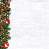 Граница рождества с ¾ n w ветвей, шариков, падуба и конусов Ð ели иллюстрация вектора