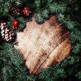Граница рождества с ветвями ели, красными безделушками, конусами сосны и Стоковое фото RF