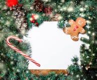 Граница рождества с ветвями ели, красными безделушками, конусами сосны и Стоковое Изображение