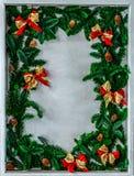 Граница рождества с космосом экземпляра новый год символа красные ветви смычка и рождественской елки стоковые изображения