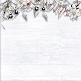 Граница рождества с покрытыми снег ягодами на белой деревянной предпосылке стоковая фотография