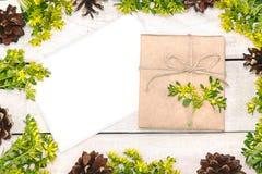 Граница рождества украсила флористическое и конус Подарок, присутствующее wrappe Стоковые Фото