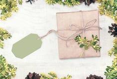 Граница рождества украсила флористическое и конус Подарок, присутствующее wrappe Стоковое фото RF