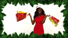Граница рождественской елки с женщиной держа покупки и усмехаться