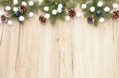 Граница рождества с хворостинами ели и украшением рождества Стоковая Фотография RF