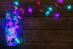 Граница светов рождества на деревянной предпосылке Стоковые Изображения RF