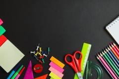 Граница стороны школьных принадлежностей на предпосылке доски стоковая фотография rf