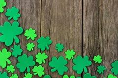 Граница угла дня St Patricks shamrocks над деревенской древесиной Стоковая Фотография