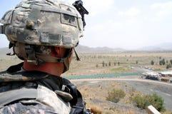 граница 5 афганцев проверяя место наблюдения стоковое изображение