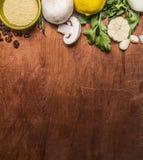 Граничьте с кускус грибов с травой лимона и прерванная верхняя часть предпосылки фрукта и овоща осени чеснока деревенская деревян Стоковые Фотографии RF