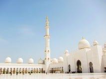 Грандиозная мечеть с голубым небом стоковые фотографии rf